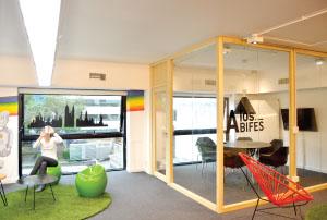 Obra color y luz para oficinas modernas editores for Iluminacion oficinas modernas